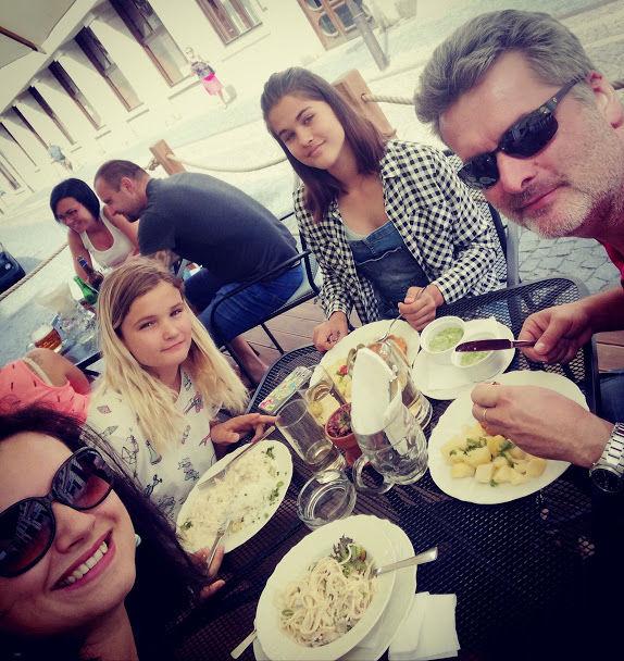 nedělní oběd vzahradní restauraci